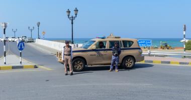 شرطة عمان تضبط متهماً بالاحتيال وابتزاز 56 فتاة بصورهن