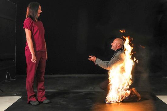 رجل يشعل النار في نفسه حتى يقنع حبيبته بقبول عرضه للزواج
