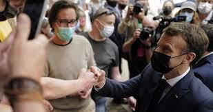 إيمانويل ماكرون يتعرض لصفعة على الوجه أثناء جولة بجنوب فرنسا